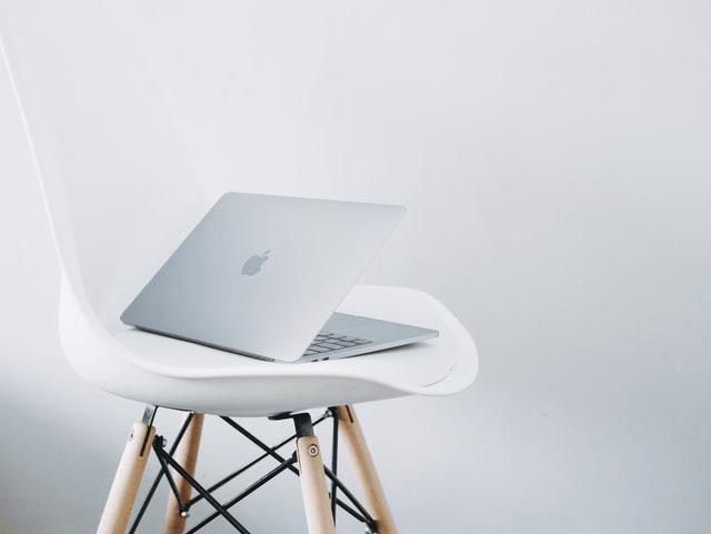 Ordinateur portable Mac sur chaise